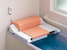「入浴リフト」は、入浴時の介助の負担を軽減する商品です。電動で座面が昇降しますので、入浴介助をラクに行うことができます。介助される方も無理に持ち上げられたりといった苦痛なく、安心して入浴をすることができます。お住まいの環境や使用される方等確認が必要な商品のため、当店では直接の販売を行っておりません(製造メーカーへの取次は可能です)。※入浴リフトは、介護保険のレンタル対象商品になります。当店でのご注文は介護保険の適用外です。介護保険については、お住まいの市区町村の窓口へお問い合わせください。